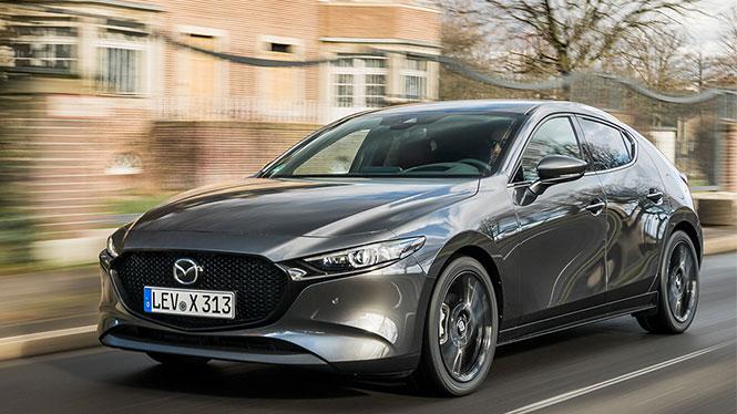Mazda 3 Neuwagen Frontalansicht während der Fahrt