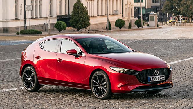 Mazda 3 Neuwagen in rot von schräg vorne Komplettansicht