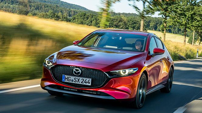 Mazda 3 in rot von schräg vorne im Fahren