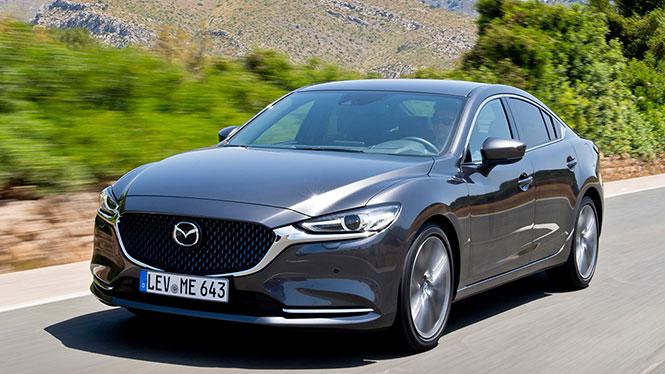 Mazda 6 in grau während der Fahrt von schräg vorne