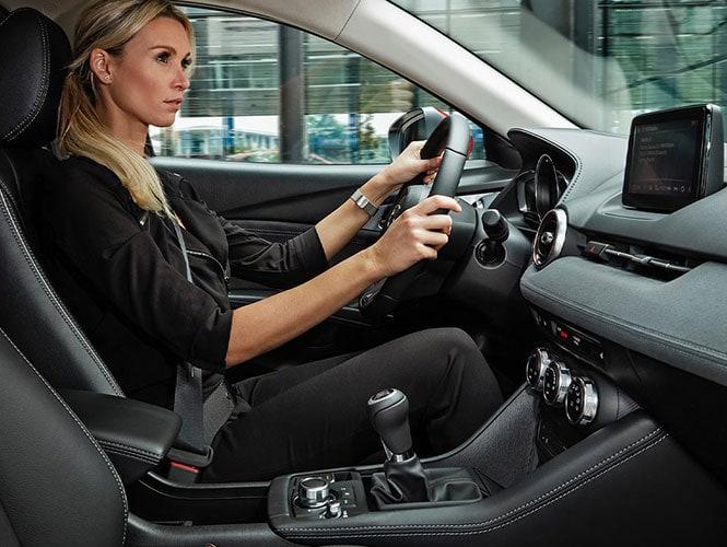 Mazda CX-3 Gebrauchtaufnahme Innenaufnahme während eine Frau fährt