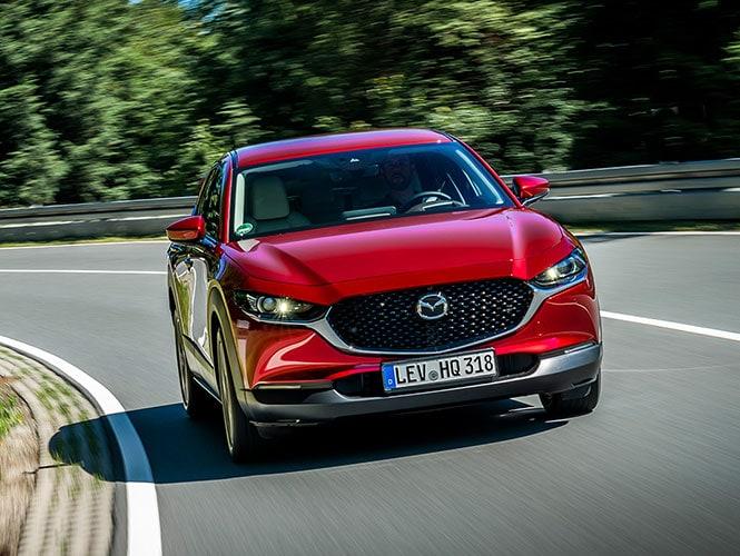 Mazda CX-30 Neuwagen in rot von vorne während der Fahrt