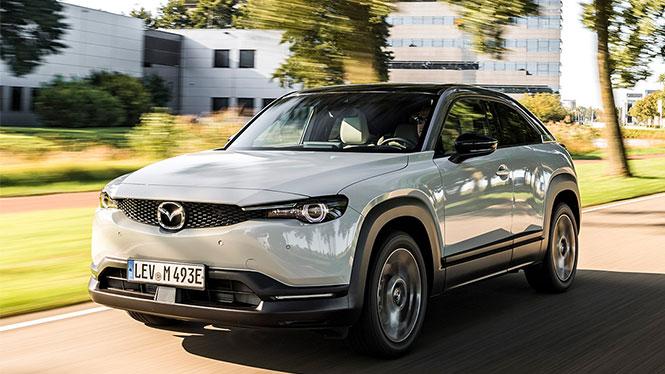 Mazda MX-30 Gebrauchtwagen in weiß von schräg vorne während der Fahrt